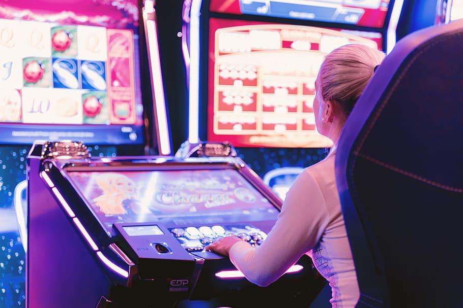 Mujer concentrada jugando a las tragamonedas